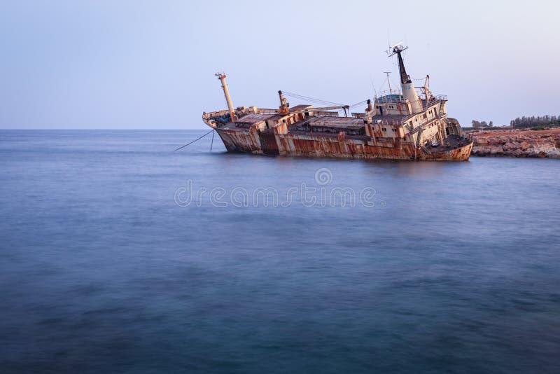 """Porzucony zardzewiaÅ'y statek Edro III w pobliżu Pegeia, Paphos, Cypr we wschodzie sÅ'oÅ""""ca zdjęcia royalty free"""