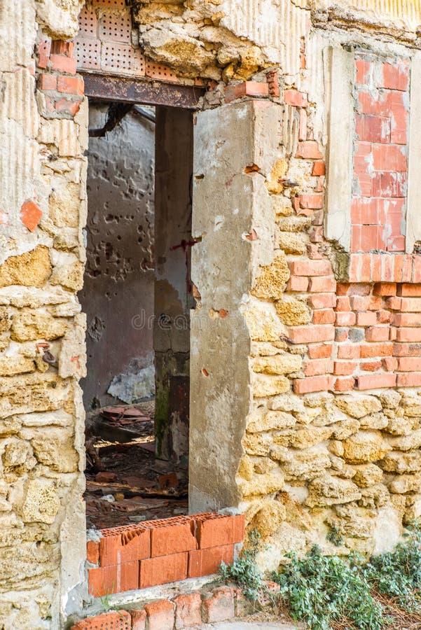 Porzucony, zawalony stary dom w lesie sosnowym w Toskanii w pobliżu zatoki Baratti - 4 zdjęcie stock
