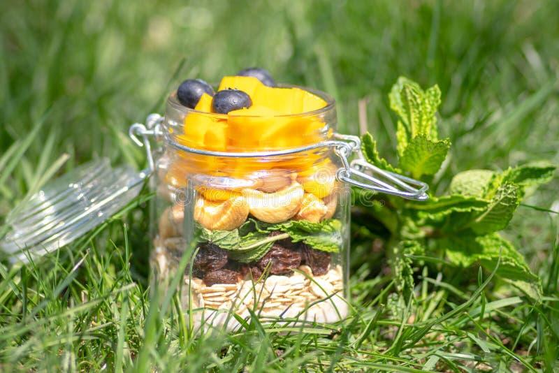 Posé des fruits et des écrous colorés dans un pot Concept sain images stock