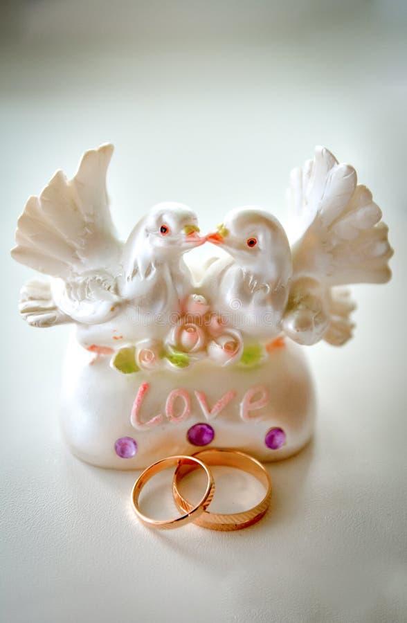 Posążek gołąbki i obrączki ślubne zdjęcia royalty free
