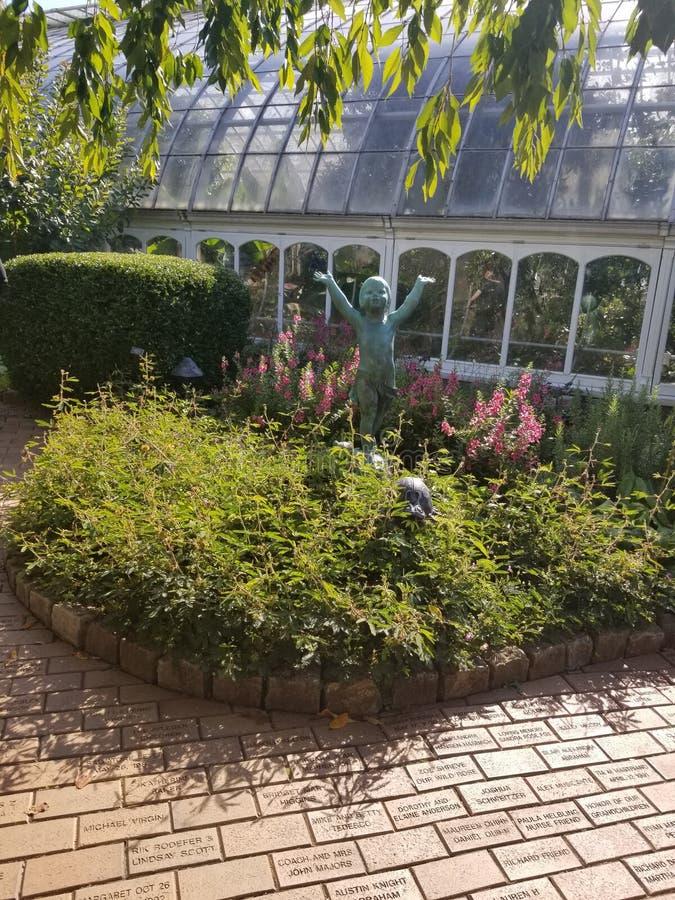 Posążek w figlarnie ogródzie obraz stock