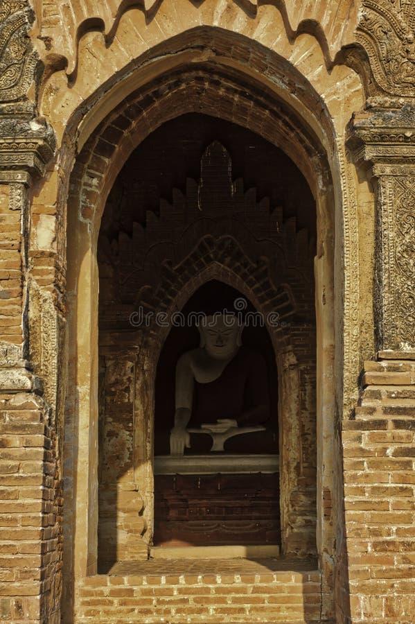 Posąg Buddy chroniony przed słońcem przez jego Bagan Myanmar Pagoda zdjęcie stock