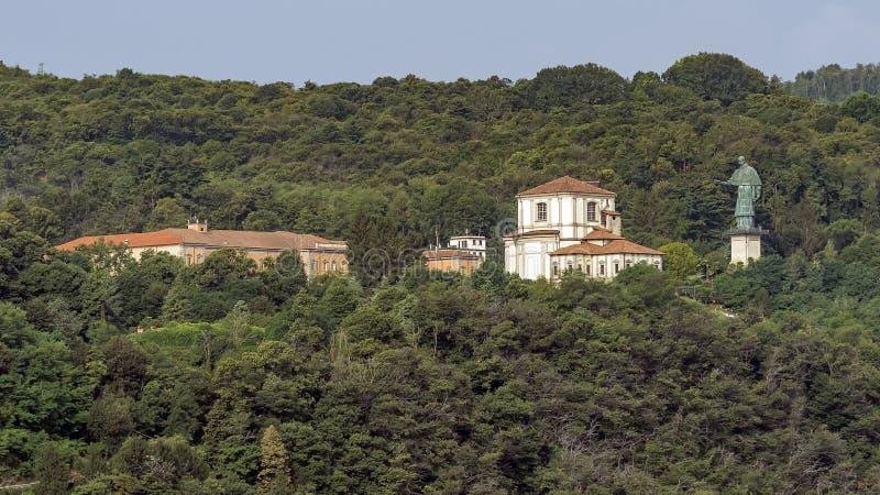 Posąg Sancarlone widziany z południowej części jeziora Maggiore w sezonie letnim, Novara, Włochy zdjęcie stock