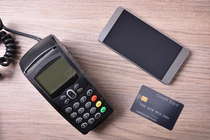 POS κάρτα και κινητός στον ξύλινο πίνακα στοκ εικόνες με δικαίωμα ελεύθερης χρήσης