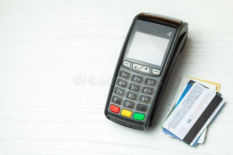 POS τερματικό, μηχανή πληρωμής με την πιστωτική κάρτα που απομονώνεται στο άσπρο υπόβαθρο Ανέπαφη πληρωμή με την τεχνολογία NFC στοκ εικόνα με δικαίωμα ελεύθερης χρήσης