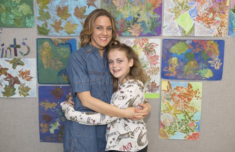 Posa abbracciante affettuosa della figlia della madre immagini stock libere da diritti