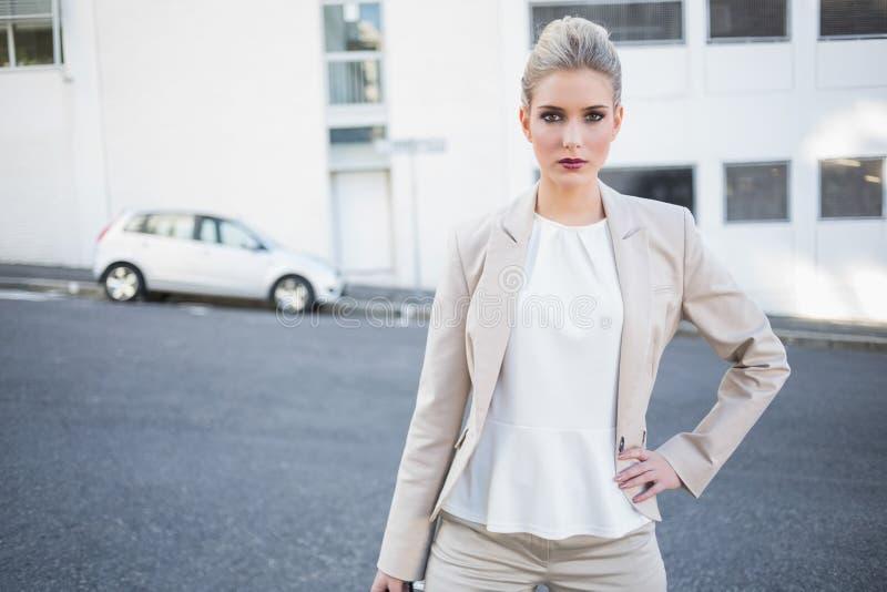Posa alla moda seria della donna di affari fotografie stock libere da diritti