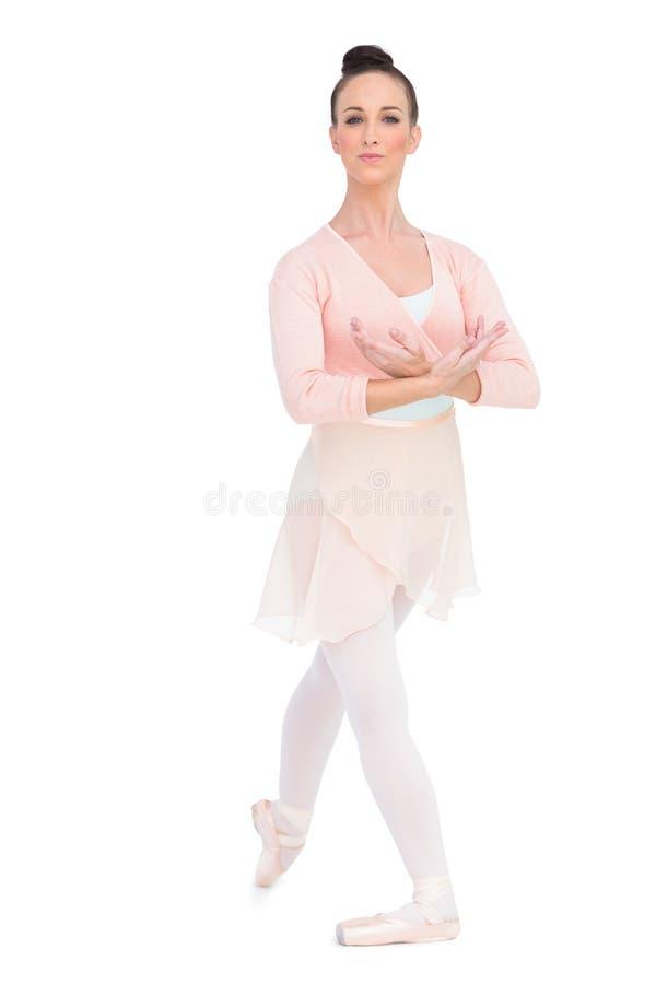 Posa attraente calma della ballerina fotografia stock libera da diritti