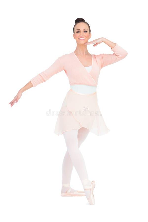 Posa attraente felice della ballerina immagine stock