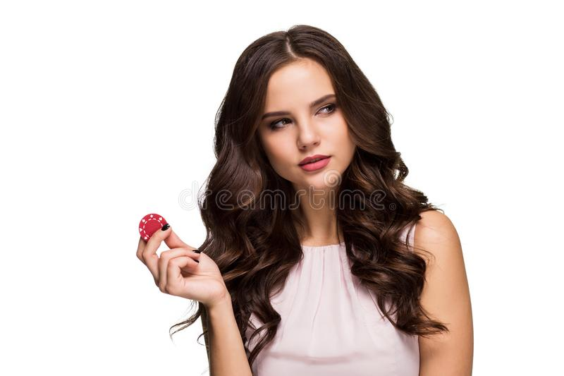 Posa castana sexy con i chip in sue mani, isolamento dei capelli ricci di concetto della mazza su fondo bianco fotografie stock
