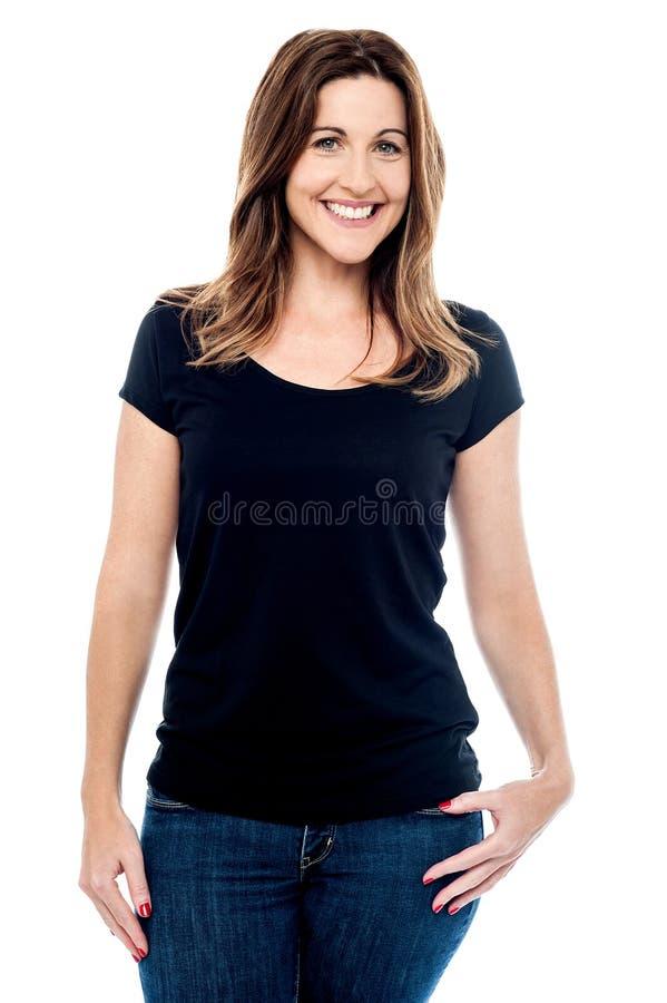 Download Posa Casuale Della Donna Invecchiata Mezzo Fotografia Stock - Immagine di sicuro, invecchiato: 56878876