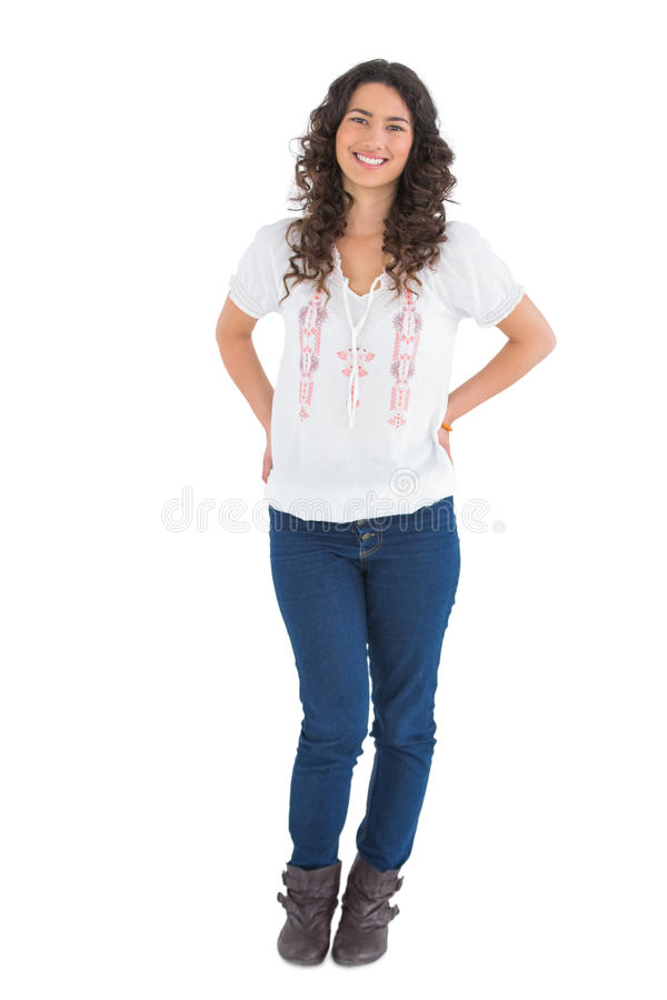 Posa d'uso castana attraente sorridente dell'abbigliamento casual fotografie stock libere da diritti