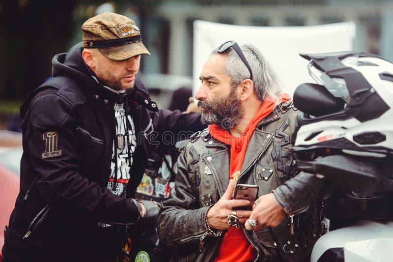 Posa dei motociclisti per la macchina fotografica fotografia stock