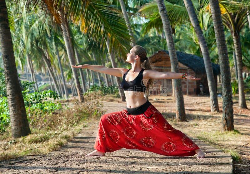 Posa del guerriero di virabhadrasana II di yoga fotografie stock libere da diritti