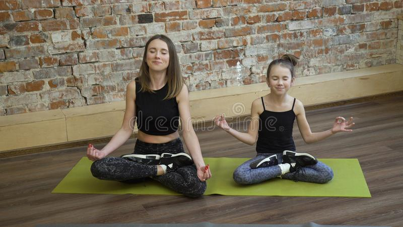 Posa del loto di allenamento di forma fisica della famiglia di yoga di sport fotografia stock libera da diritti