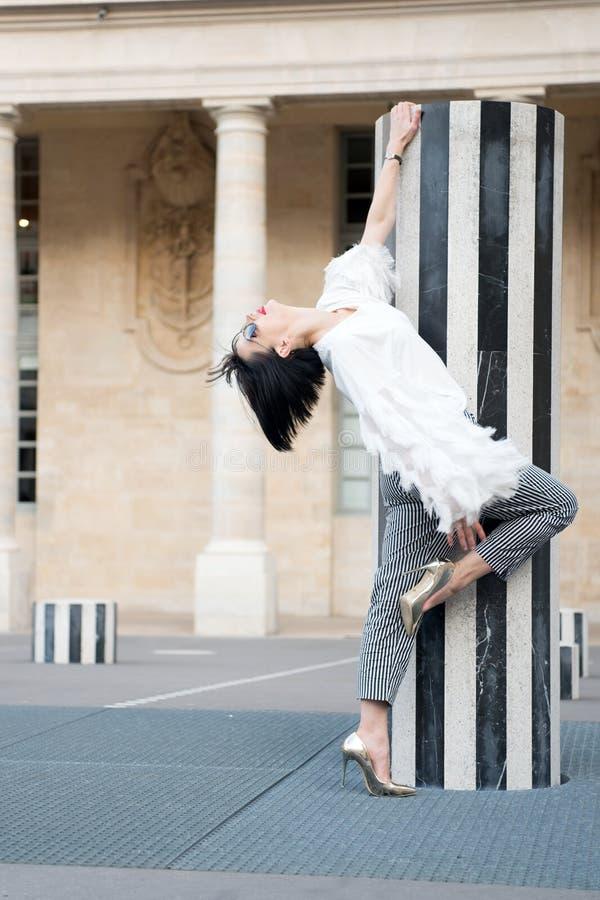 Posa del modello di moda a Parigi, Francia Donna di modo in occhiali da sole sul quadrato fotografie stock