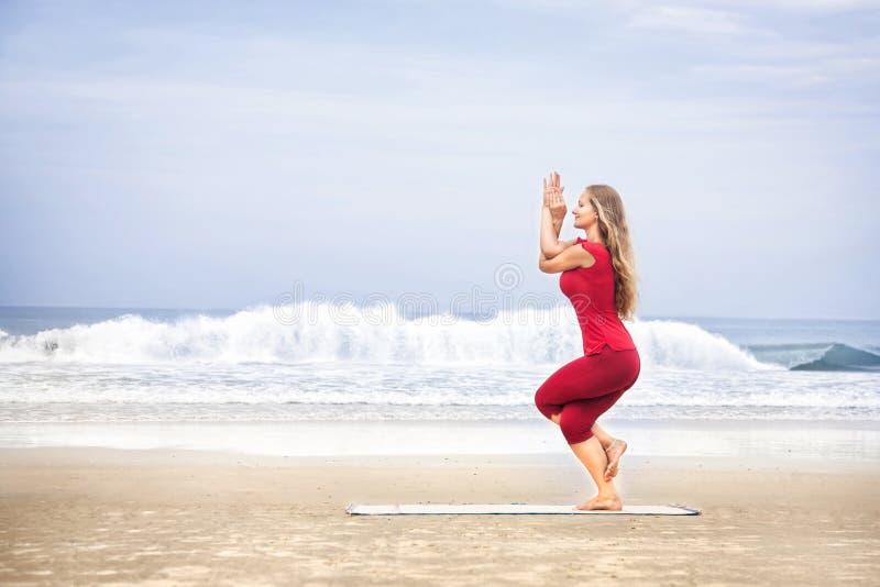 Posa dell'aquila di Garudasana di yoga fotografia stock