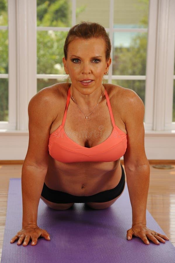 Posa della cobra di yoga da Woman fotografia stock