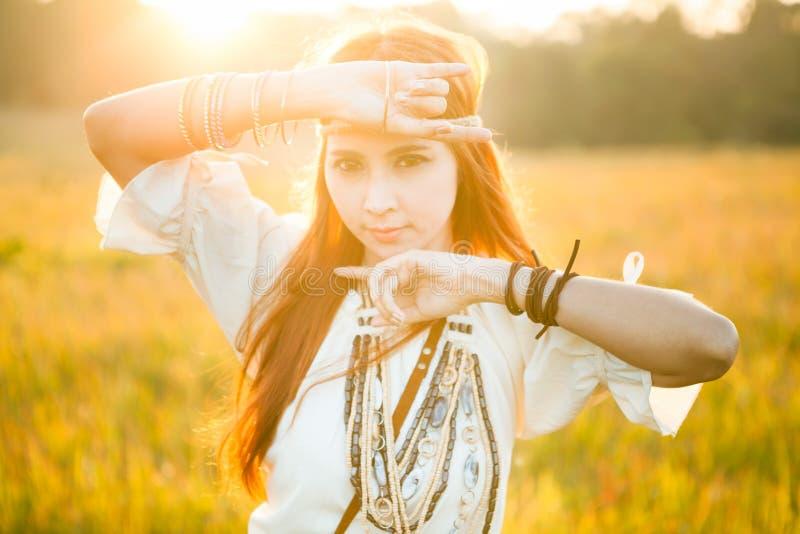 Posa della donna di hippy fotografie stock