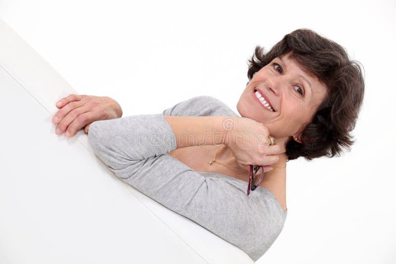 Posa della donna invecchiata mezzo. fotografia stock libera da diritti