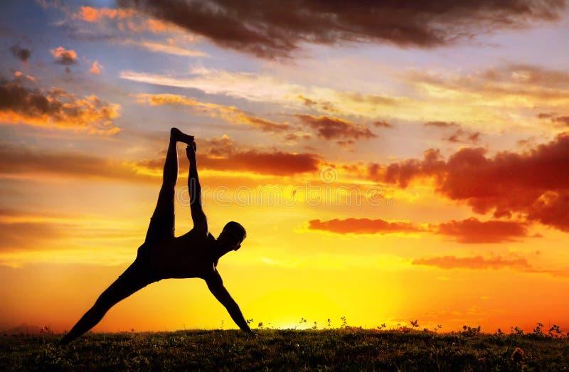 Posa della plancia di Vasisthasana della siluetta di yoga fotografia stock libera da diritti
