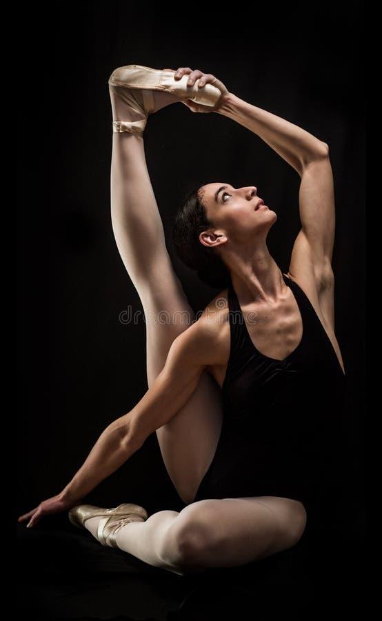Posa della tenuta del ballerino di balletto immagini stock