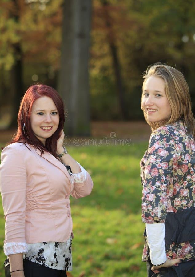Posa delle sorelle fotografie stock libere da diritti