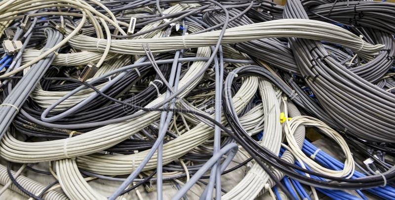 Posa di cavi nella stanza del server Installazione di attrezzatura in un centro dati moderno, molto cavo intrecciato a immagine stock libera da diritti