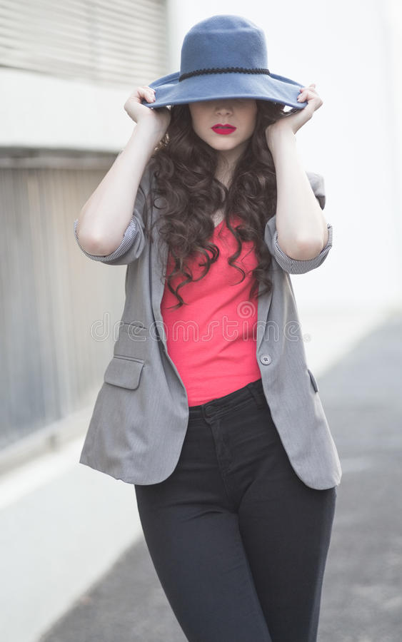 Posa di classe d'uso castana affascinante splendida dei vestiti fotografie stock