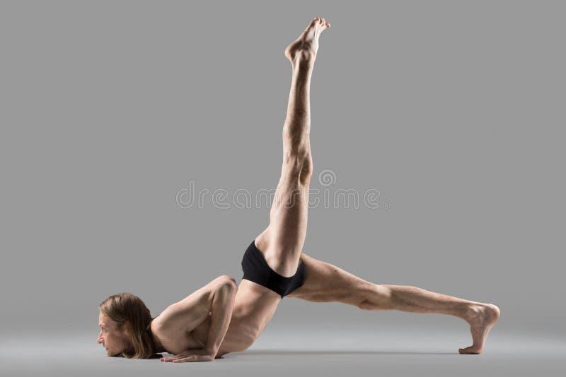 Posa di Eka Pada Salabhasana di yoga fotografia stock libera da diritti