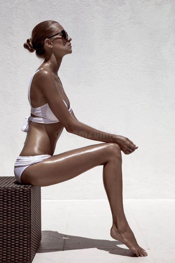 Posa di modello femminile di bella abbronzatura fotografie stock