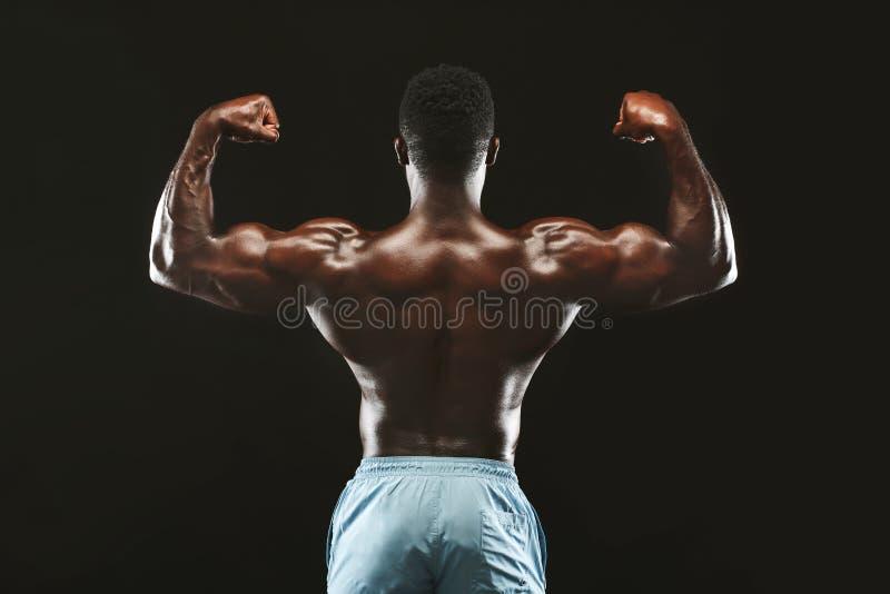 Posa di modello di forma fisica atletica muscolare del culturista dopo gli esercizi fotografia stock libera da diritti