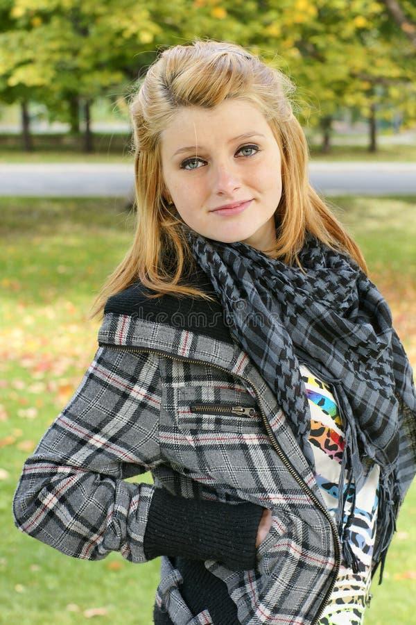 Posa di modello teenager nel parco immagini stock libere da diritti