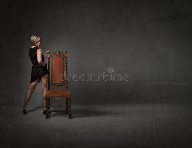 Download Posa di modo della ragazza fotografia stock. Immagine di presidenza - 56880024