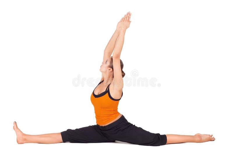 Posa di pratica di yoga del dio della scimmia della donna adatta fotografia stock libera da diritti