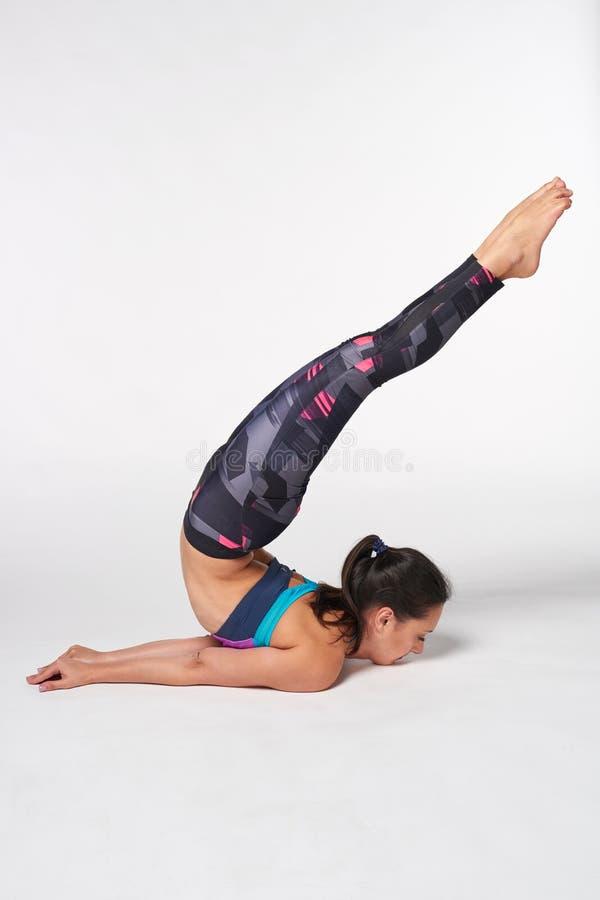 Posa di pratica di Shalabhasana di yoga della donna integrale fotografia stock libera da diritti
