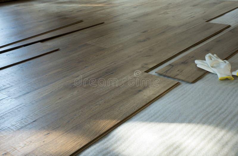 Posa di un pavimento legno 库存照片