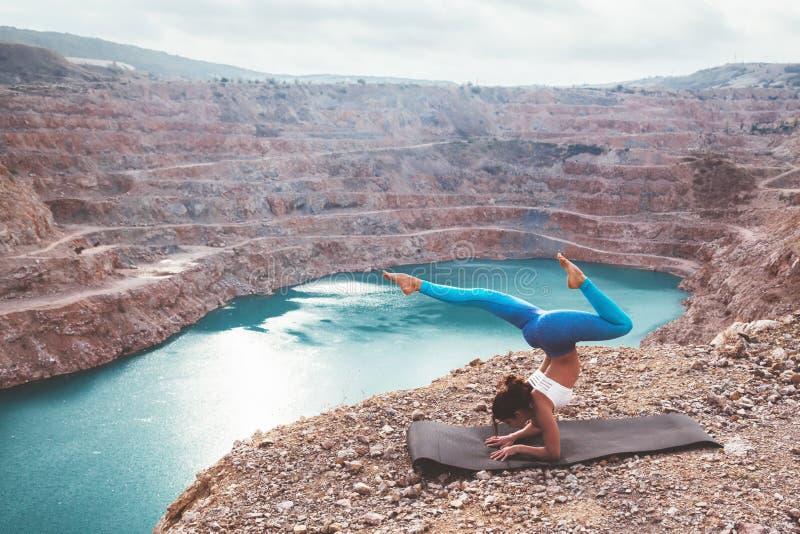 Posa di yoga di addestramento della ragazza all'aperto immagini stock