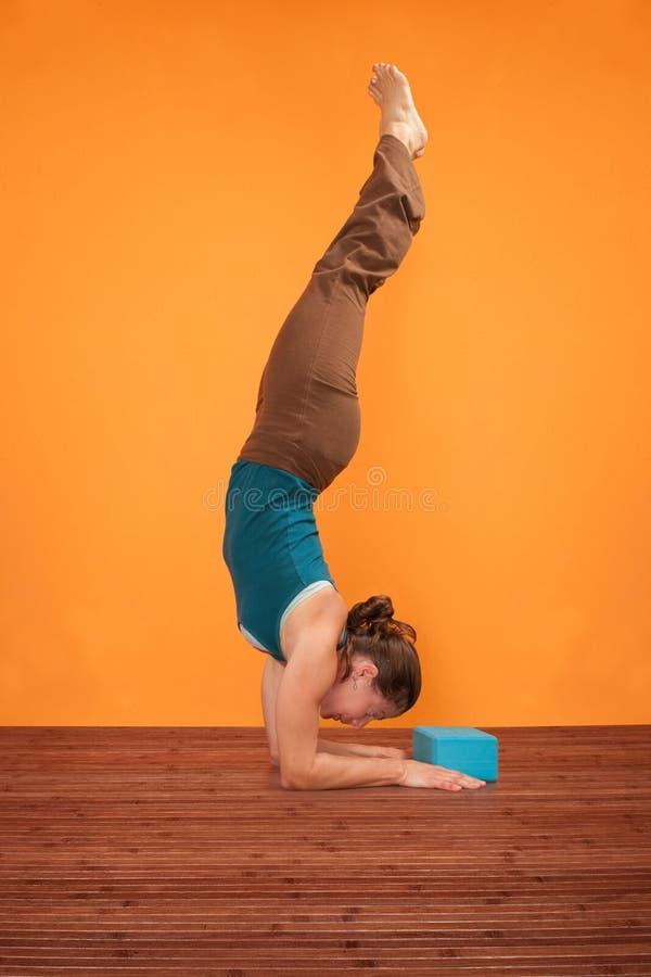 Posa di yoga di Pincha Mayurasana immagine stock libera da diritti