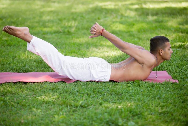 Posa di yoga di Shalabhasana fotografie stock libere da diritti