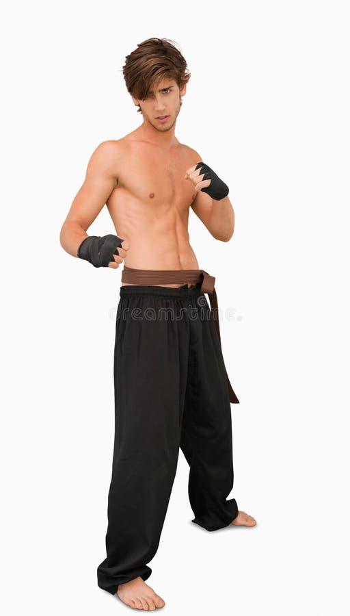 Posa diritta di lotta intestina del combattente di arti marziali fotografie stock
