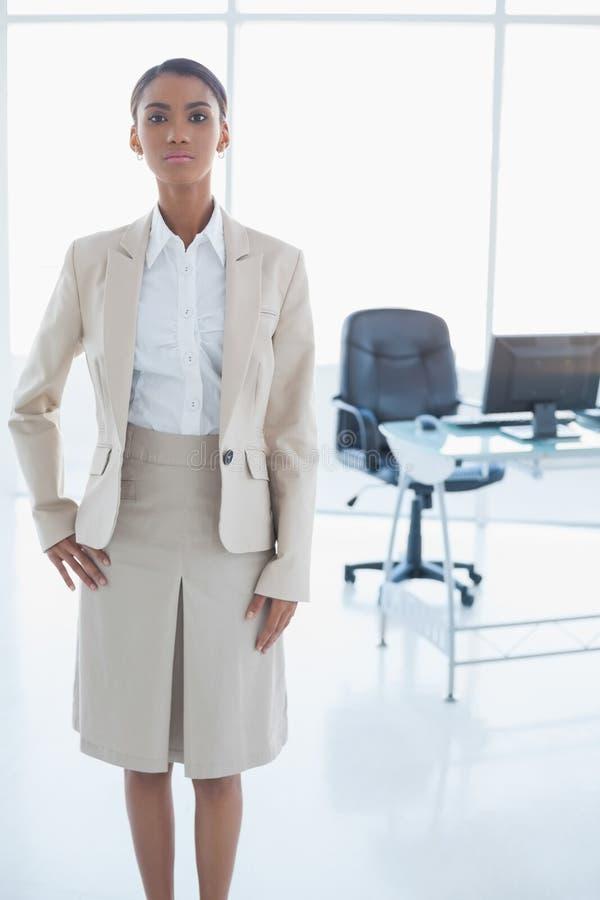 Posa elegante Unsmiling della donna di affari fotografie stock libere da diritti