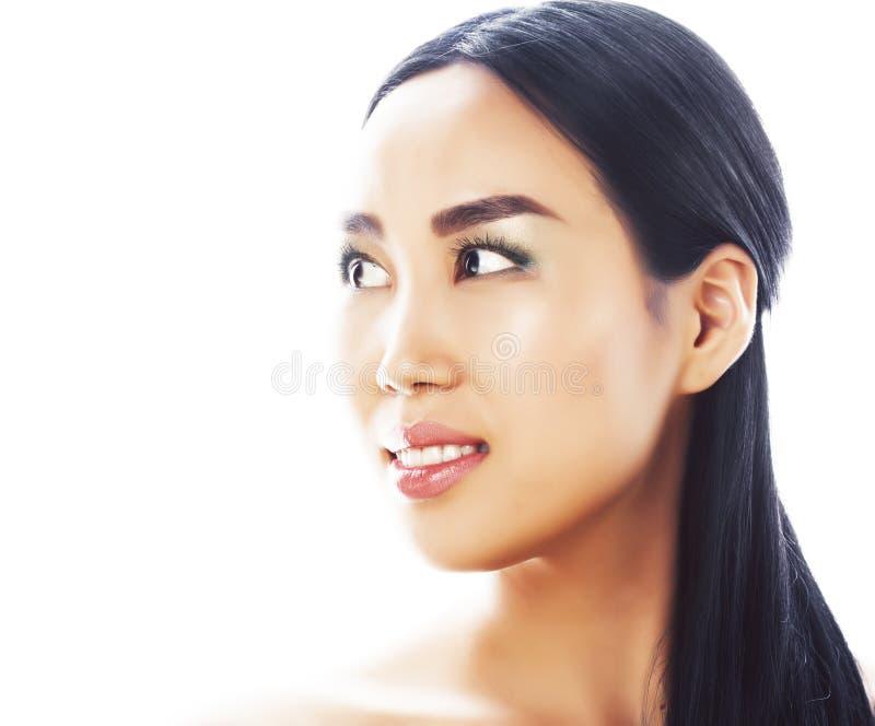 Posa emozionale della giovane donna asiatica castana graziosa isolata su fondo bianco, gente sorridente felice della stazione ter fotografia stock