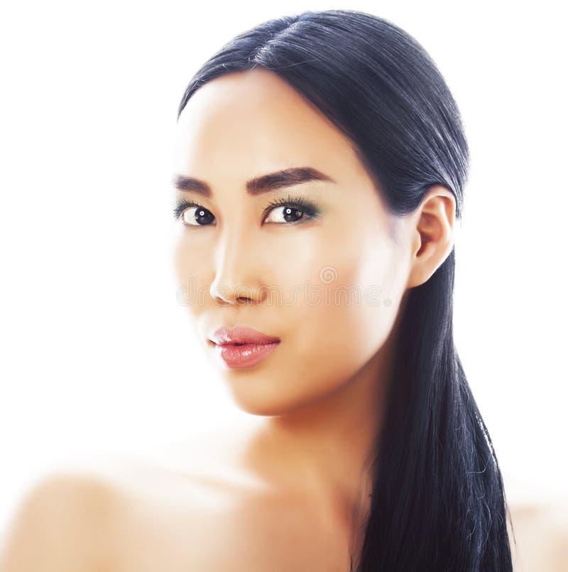 Posa emozionale della giovane donna asiatica castana graziosa isolata su fondo bianco, gente sorridente felice della stazione ter immagine stock