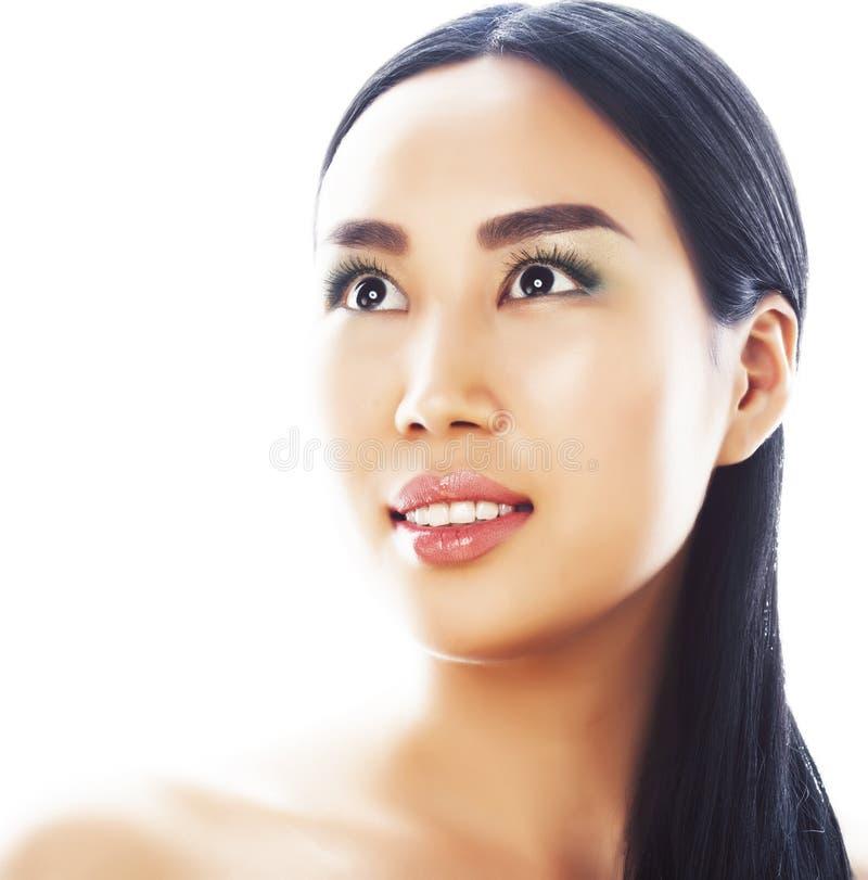Posa emozionale della giovane donna asiatica castana graziosa isolata su fondo bianco, gente sorridente felice della stazione ter immagine stock libera da diritti
