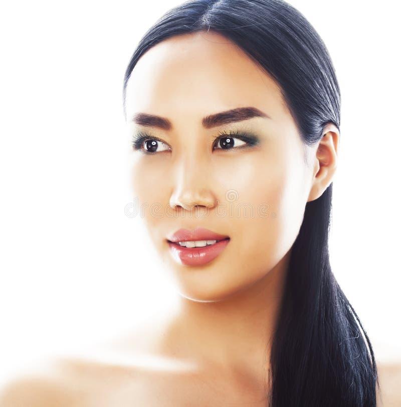 Posa emozionale della giovane donna asiatica castana graziosa isolata su fondo bianco, gente sorridente felice della stazione ter immagini stock