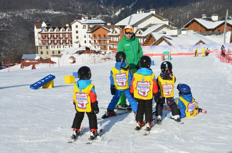 Posa Khutor, Sochi, Rusia, enero, 26, 2018 Lección en el ` de los jinetes del ` del club del esquí del ` s de los niños en la est imágenes de archivo libres de regalías