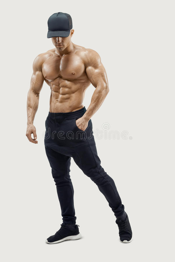 Posa maschio del modello di giovane forma fisica maschile senza camicia contro fondo bianco immagini stock libere da diritti