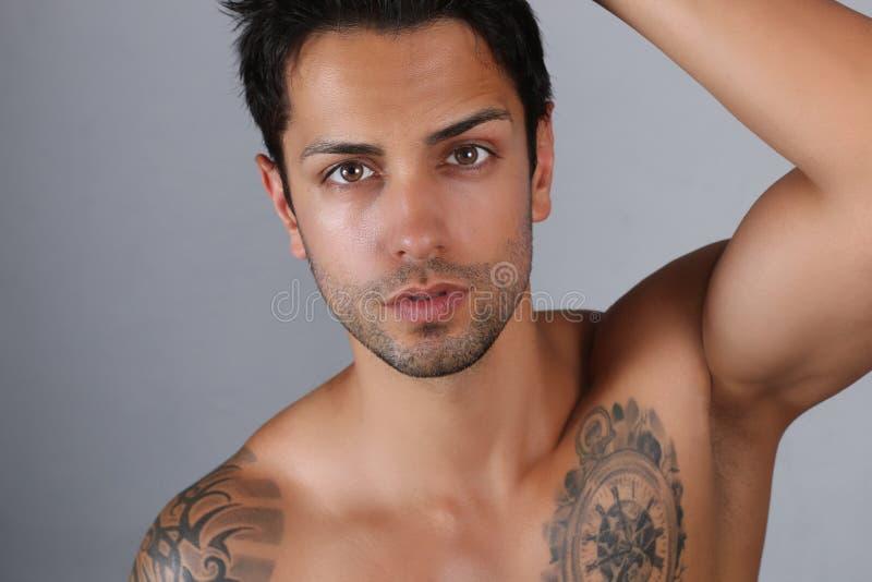 Posa maschio sexy del modello senza camicia fotografie stock