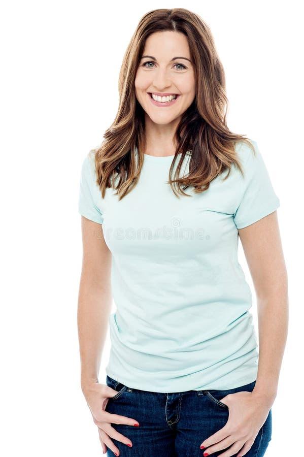 Download Posa Rilassata Della Giovane Donna Fotografia Stock - Immagine di donna, sorridere: 56879022